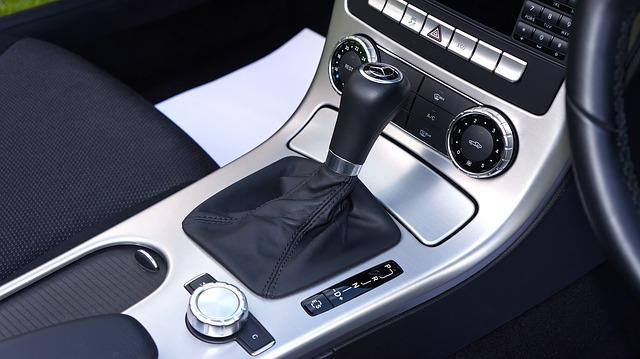 Indvendig rengøring af bil - Hvis du bruger et mundstykke med børste til støvsugeren, så er det lettere at få snavset op